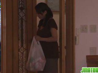 Rika gives lui testa in il cucina