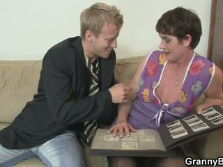 Старий жінка enjoys скаче жорсткий пеніс