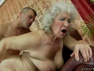Plaukuotas senelė getting pakliuvom sunkus