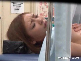 الآسيوية sweetie gets لها نتفة licked بواسطة lusty الطبيب
