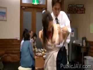 Classmate fucks doce jap aluna em frente de dela família