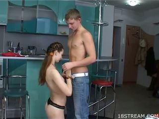 Leggy tiener meisje met milky skin loves naar krijgen dong in holes