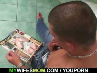 Veliko oprsje mama in son-in-law zasačeni v kopalnica