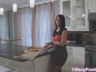 Pizza pojke brings pizza och hans kuk för tiffany