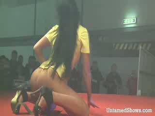 Sexy gaja takes fora dela outfit e pleases um hooters guy em o etapa