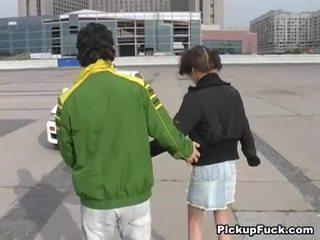 年轻 女孩 上 roller skates sucks 公鸡 上 阳台