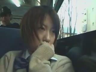 ביישן תלמידת בית ספר מגוששת ב אוטובוס