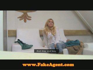 Бар дівчина hooking вгору з fake agent