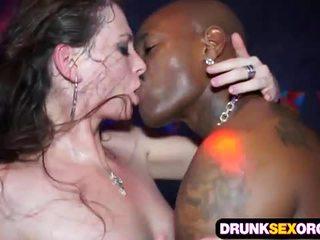 Slutty euro vajzat qirje në the klub