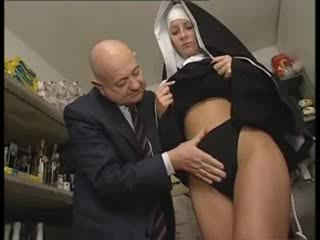 Itaalia latiino nunn kuritarvitatud poolt räpane vana mees