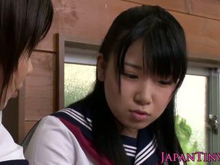 작은 옷을 입은 여성의 벌거 벗은 남성 일본의 여학생 사랑 sharing 수탉