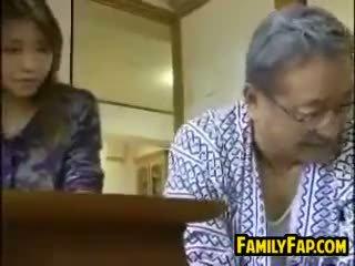 Asijské krok dcera s the starý člověk