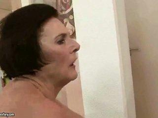 Bögyös nagymama enjoying szemérmetlen szex