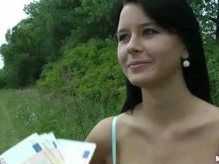 Povekas tšekki tyttö mia paid varten julkinen seksi