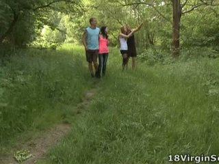 18 virgin מזיין הוא גא ל נוכחי אתה עם the יפה sindy ו - שלה pal מוצצת ו - bonking ב the woods