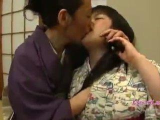 Warga asia remaja dalam kimono gets beliau payu dara licked