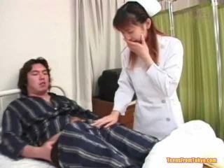 东方的 护士 打 离