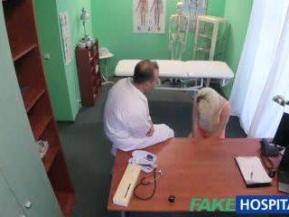 Fakehospital ārsts helps blondīne nokļūt a mitra vāvere