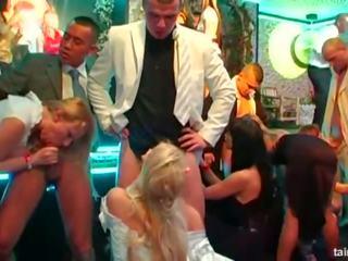 Hottie brides taking tuk cocks na a divoký strana: porno da