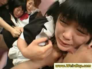 Hot asiatisk maids gets knullet på den sofa