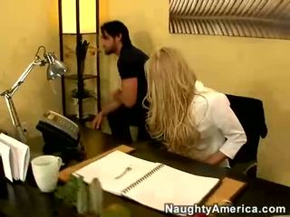 Wicked Babe Carolyn Reese Blows And Drinks A Fresh Load Of Cum