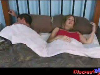 Gajo e mãe em o hotel quarto