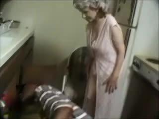 Saya nenek dengan yang hitam dude