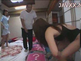 Suaugę japoniškas mažutė rides a stiff boner į pasiekti jos orgazmas