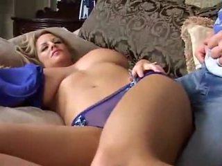 Natutulog malaki breasted inang kaakit-akit
