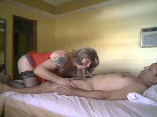 การดูด และ ร่วมเพศ motions ด้วย a crossdresser