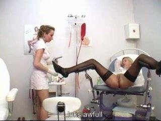 স্ত্রীরোগ বিশেষজ্ঞ examining