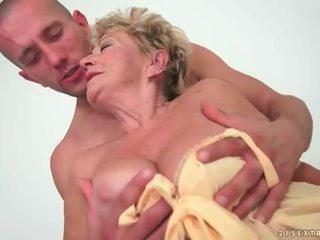 Bunicuta enjoys fierbinte sex cu tineri om