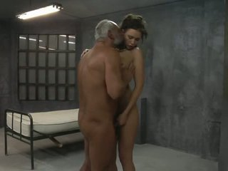 年轻 女孩 是 性交 由 two 老 pervs 在 该 细胞