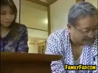 아시아의 단계 딸 와 그만큼 늙은 사람