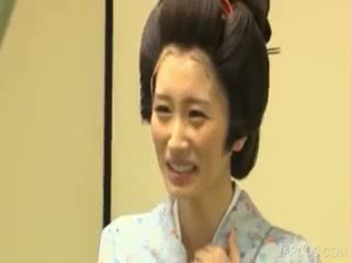 Azijke geisha shows prsi in kurba