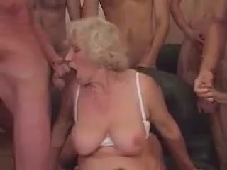 Vecmāmiņa norma uz a gangbang