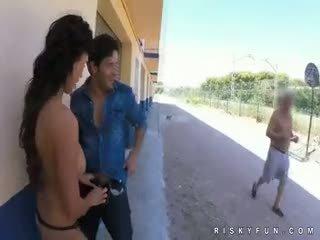 Pubblico nudity teasing a caldi pompino