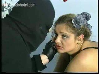 Sad un raudošas vergs ar liels bumbulīši ir spanked par viņai pakaļa un