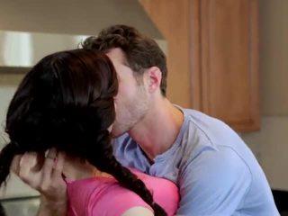 Jenna ross pakliuvom į the virtuvė
