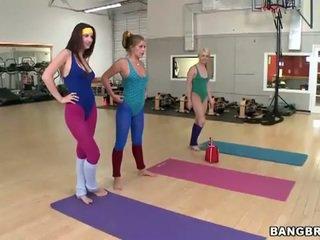 Σέξι babes σετ ένα λεσβιακό threeway σε ο γυμναστήριο