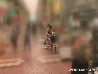 Azijietiškas paauglys sweeties getting twats visi šlapias o jojimas the bike