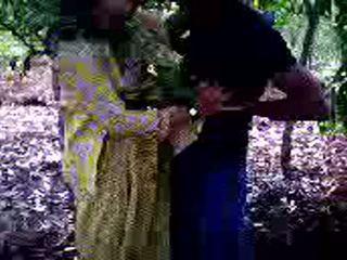 Guy succeeded i till fan hans flicka vän i skogs