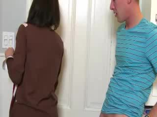 Milf convinces miúda para chupar caralho com dela