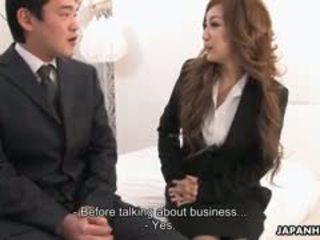 مكتب سيدة aiko nagai في ل غريب مجموعة من ثلاثة أشخاص