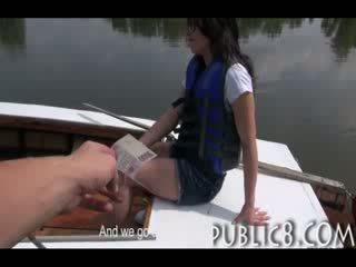 Kautrīga cutie amatieri fucks par nauda ārpuses par a laiva