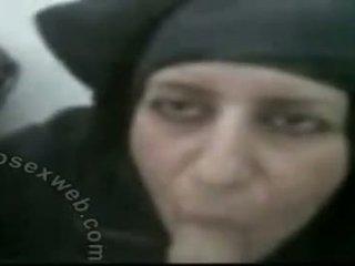 Hijabi pieauguša arab trieciens darbs
