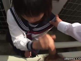 Japonesa adolescente en un escolar al aire libre mamada diversión