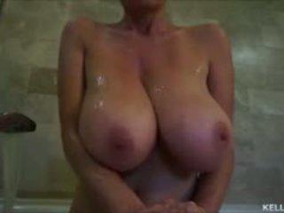 I madh titty mdtq kelly madison takes të saj tatas për një bath