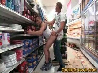 Atletiškas gėjai having viešumas seksas į a supermarket 3 iki outincrowd