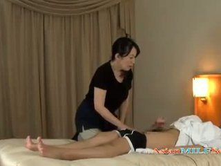 Mature femme massaging guy giving branlette getting son seins rubbed sur la lit